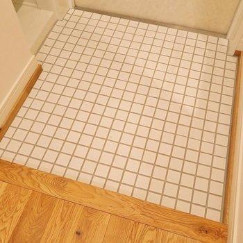【完成イメージ】白い陶器のタイルが無垢床に映えますね〜〜!