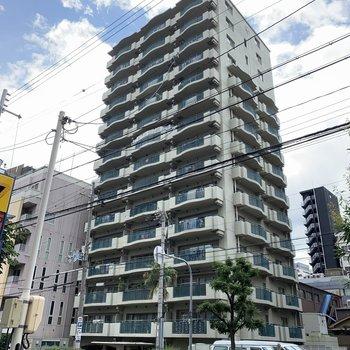 どでーーーんとそびえ立つ大きな15階建てのマンション!