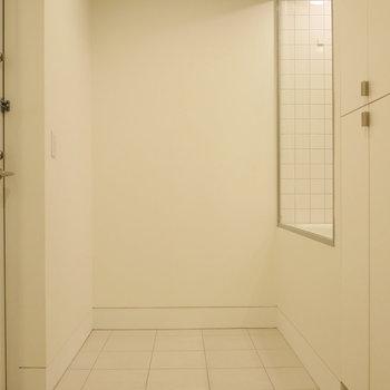 玄関は約2.5帖の土間空間。