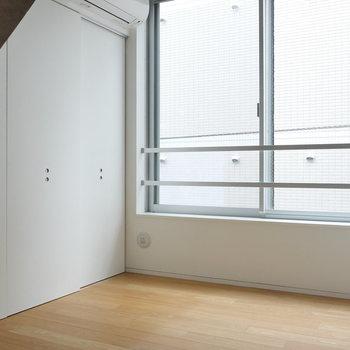 こちらは約5.5帖の洋室。おおきな窓。