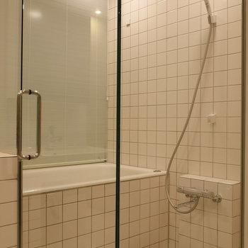 浴室はシースルー。