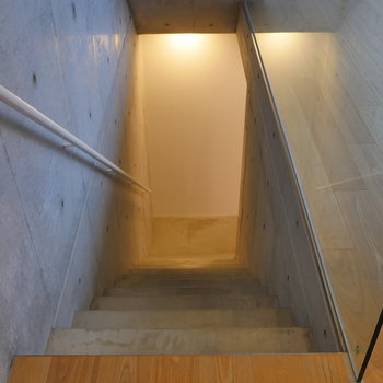 階段を降りて。