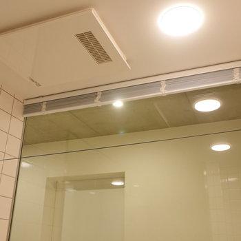 浴室乾燥機と、物干しワイヤー。