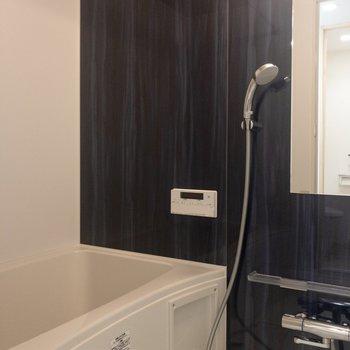 バスルームには追い焚き機能付き。※写真は3階の同間取り別部屋のものです
