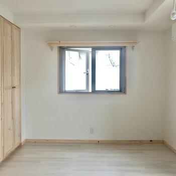 【洋室】この窓の下にテレビを置こうかな。※写真は3階の同間取り別部屋のものです