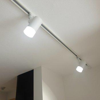 【DK】キッチンのシーリングライトは明るい白色。※写真は3階の同間取り別部屋のものです