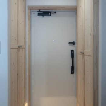 玄関前にも無垢の扉が。※写真は3階の同間取り別部屋のものです