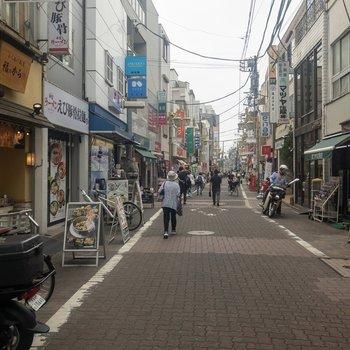 商店街にはお店がたくさん。今日はどこでご飯を食べようかな。