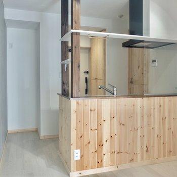 【DK】ダイニングも木のいい香り〜。※写真は3階の同間取り別部屋のものです