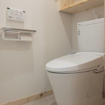 トイレは温水洗浄付き。※写真は3階の同間取り別部屋のものです