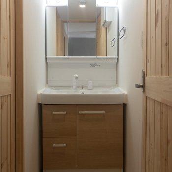 洗面台は収納が多くて嬉しい。※写真は3階の同間取り別部屋のものです