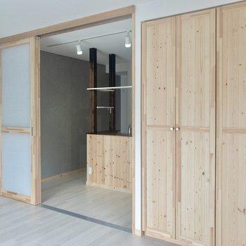 【洋室】奥のキッチンとは引き戸でしっかりセパレートできます。※写真は3階の同間取り別部屋のものです
