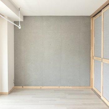 【洋室】このコンクリートの壁沿いにベッドを置こうかな。※写真は3階の同間取り別部屋のものです
