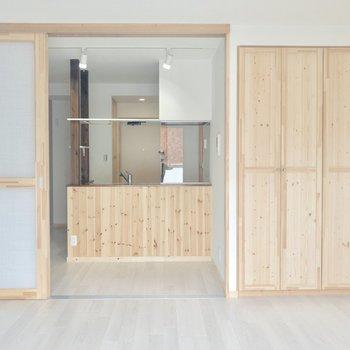 【洋室】無垢の扉が可愛いナチュラルな印象のお部屋。※写真は3階の同間取り別部屋のものです