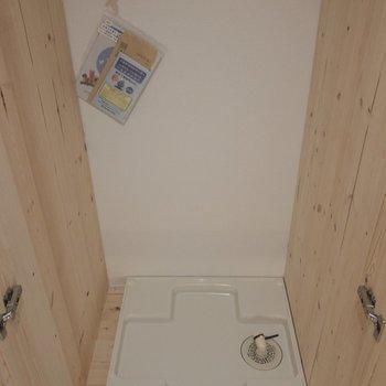 シューズボックスの向かいには洗濯機置場が。※写真は3階の同間取り別部屋のものです