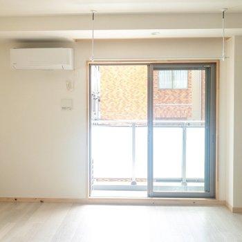 【洋室】日当たりも良くて気持ちがいい。※写真は3階の同間取り別部屋のものです