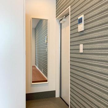 玄関部分には、さりげなく鏡付き。