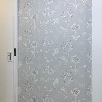 脱衣所のドアを閉めると、可愛い壁登場。