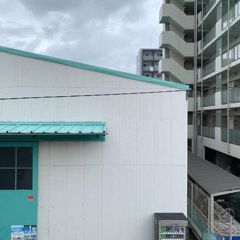 眺望は向かいの建物です。