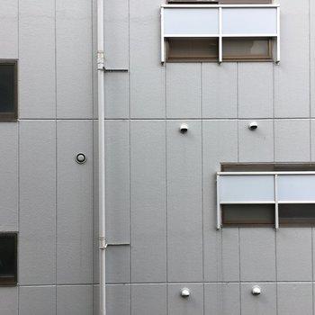 建物が隣接しているので眺望は裏手のビル。