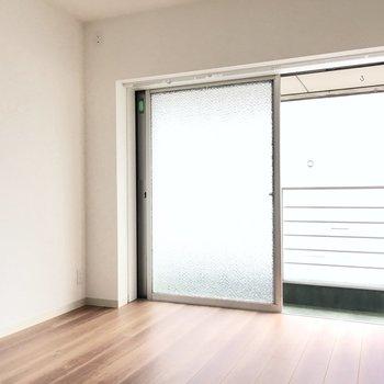 お隣の洋室へ。大きな窓があって開放的◎