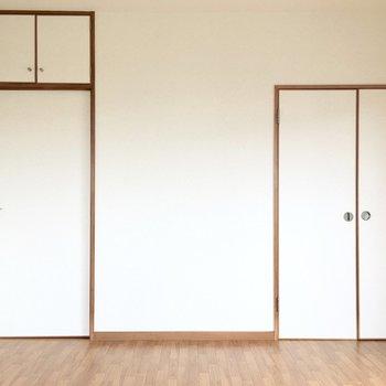洋室②】入口側には収納くんが2人。