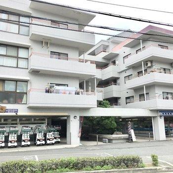1階にはお寿司屋や理髪店が入るマンション。