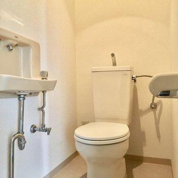 トイレには手洗い付き。