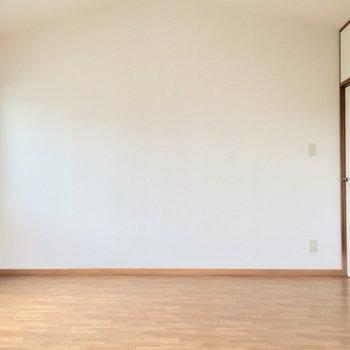 洋室②】ダブルベッドも置けそうです。