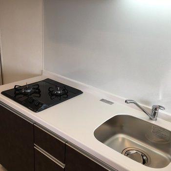 白いキッチンは掃除が欠かせなくなりそう〜(※写真は10階の反転間取り別部屋のものです)