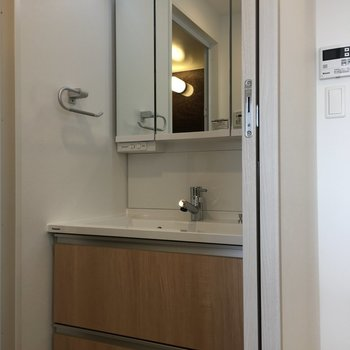 洗面台はナチュラルな雰囲気◎(※写真は10階の反転間取り別部屋のものです)
