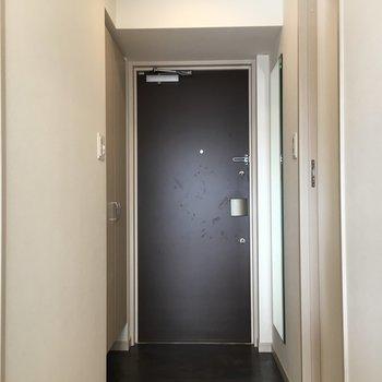 玄関は落ち着いた雰囲気に!(※写真は10階の反転間取り別部屋のものです)