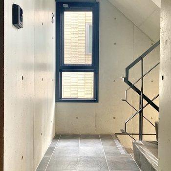 階段すぐのお部屋です