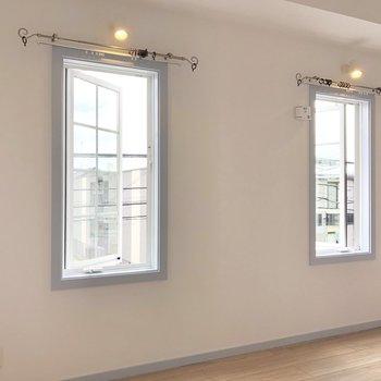 【洋室】外開きの窓がかわいい......。