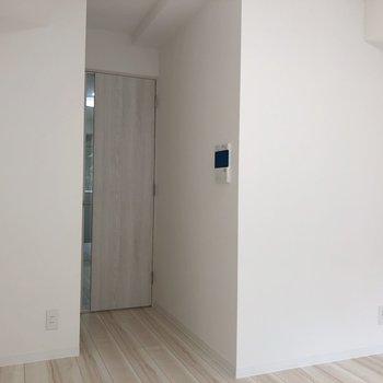 フローリングと木の扉がナチュラルで落ち着く。※写真は1階の反転間取り別部屋のものです