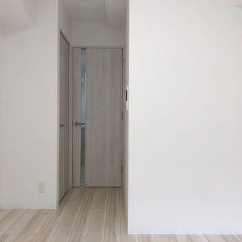 隣にクローゼットです。※写真は1階の反転間取り別部屋のものです