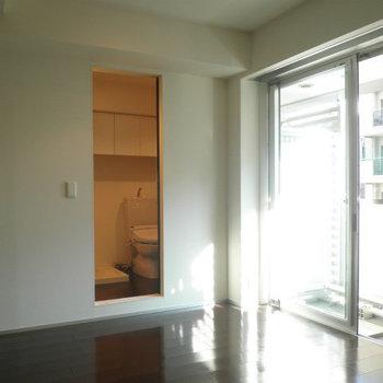 バルコニーが東につき日当りはまあまあ良さそうです。※写真は8階の同間取り別部屋のものです