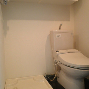 トイレの横に洗濯機置き場があるのは中々狭そう。※写真は8階の同間取り別部屋のものです