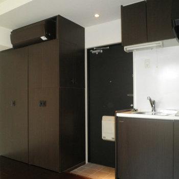 全体的に黒寄りの茶色と白でまとめたクールなデザインです。※写真は8階の同間取り別部屋のものです