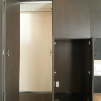 クローゼットもの開いた様子がなんだか面白い・・・。※写真は8階の同間取り別部屋のものです