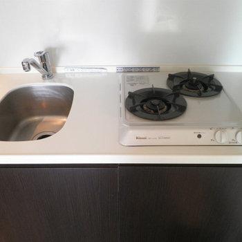 キッチンは嬉しい2口コンロです。※写真は8階の同間取り別部屋のものです