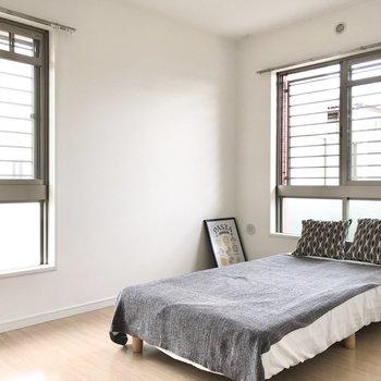 まずは左、5.6帖の洋室。こちらもテレビが置けるので寝室使いもOKです(※写真の家具小物は見本です)