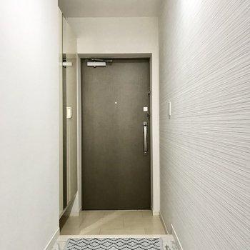 玄関まわりはすっきりと。シューズボックスには姿見もついていますよ♩(※写真の小物は見本です)