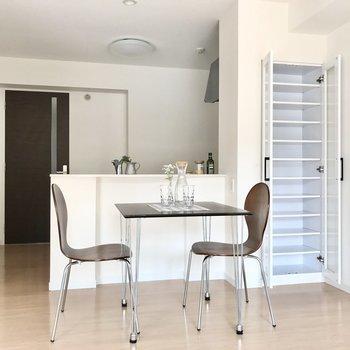キッチン横には食器棚になる棚も◯前にはダイニングテーブルを置きたいな(※写真の家具小物は見本です)