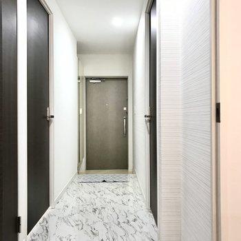 それでは一旦廊下へ。左右どちらにも洋室がありました(※写真の小物は見本です)