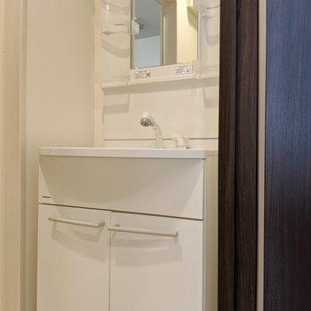 脱衣所には独立洗面台。