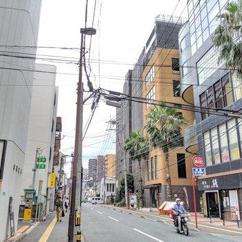 目の前の通りは、雰囲気◎なストリート。美味しそうな飲食店や