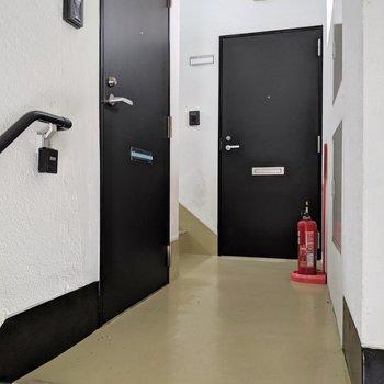 階段あがったらドア2つ。手前のお部屋です。