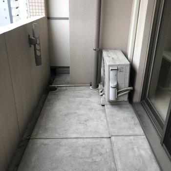 バルコニーは普通サイズです。(※写真は9階の同間取り別部屋、清掃前のものです)