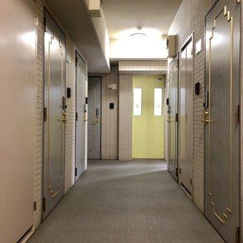 雨風安心な室内共用廊下です。